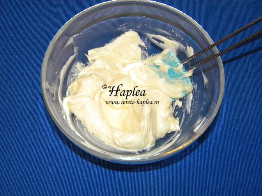 pavlova cu crema de mascarpone, kiwi si kaki poza 3
