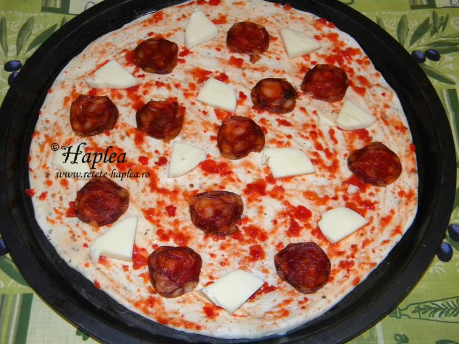 pizza cu salam chorizo si mozzarella poza 3