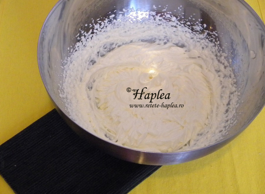 inghetata cremoasa cu lapte condensat si biscuiti oreo poza 2